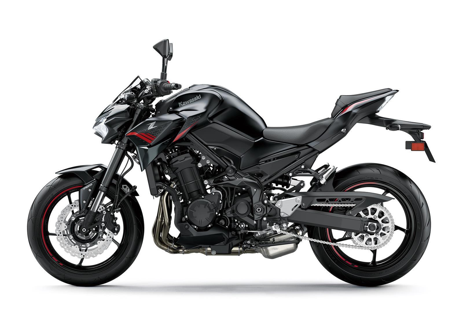 На фото представлен новый мотоцикл Кавасаки Z900 черного цвета сбоку слева 2020-го модельного года