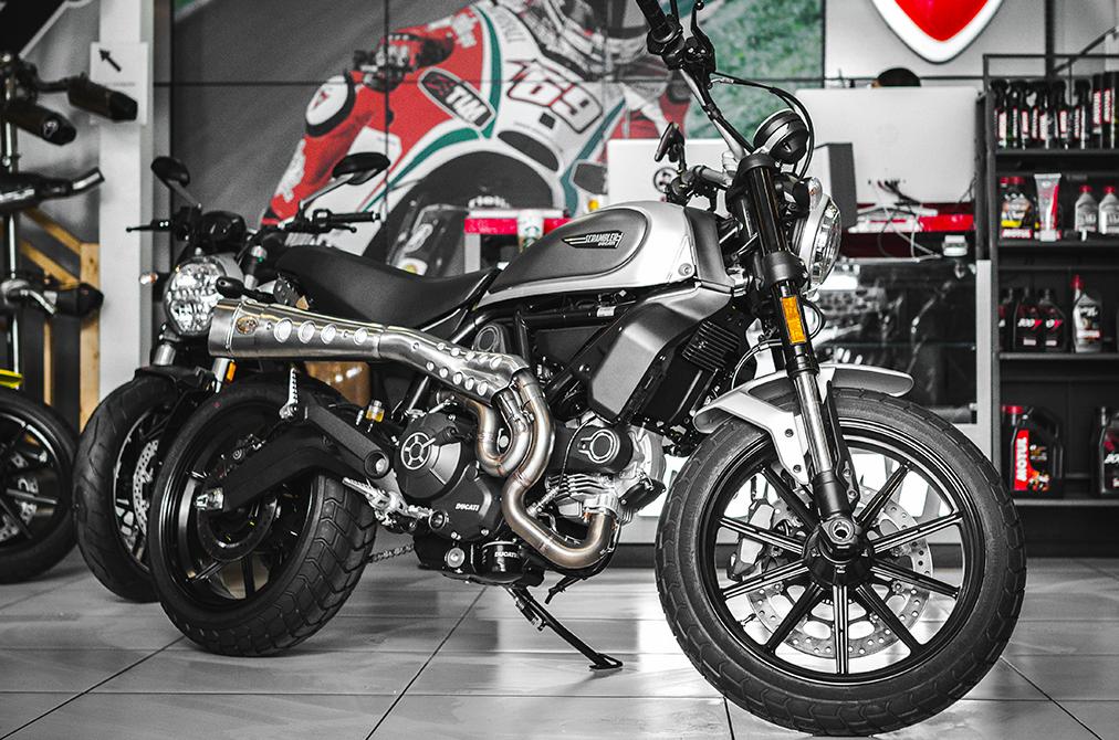 Фото мотоцикла DUCATI Scrambler Icon - Silver Ice (2017-2018) в мотосалоне
