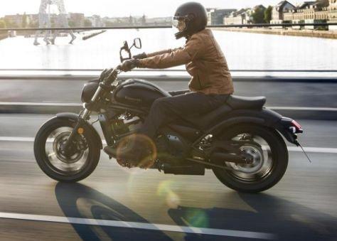 На фото: удобная посадка райдера на мотоцикле-круизере Kawasaki Vulcan S 2020 года в Москве