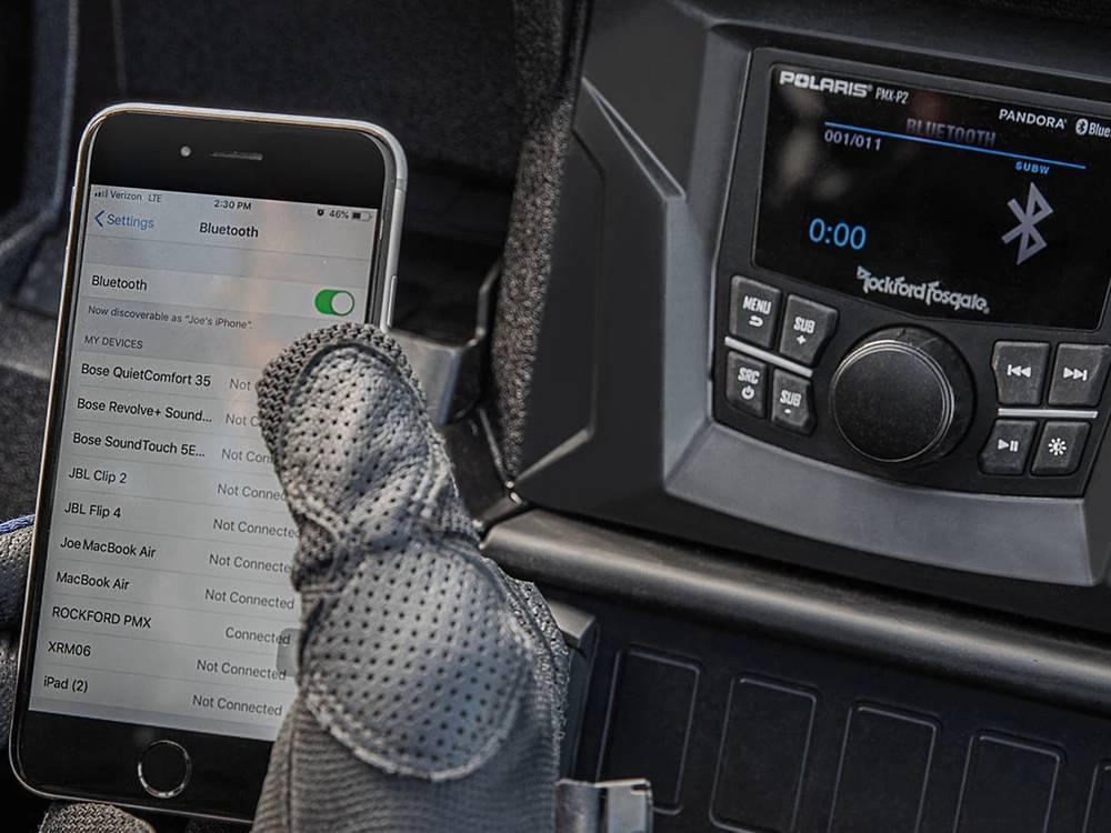 Система Ride Command соединяется со смартфоном через Bluetooth